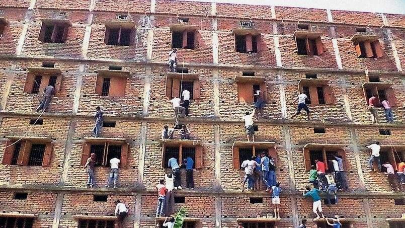 Situation chez le client à l'arrivée de Chorège. Les murs du centre d'examens sont submergés par une armée de tricheurs qui souffle les réponse.